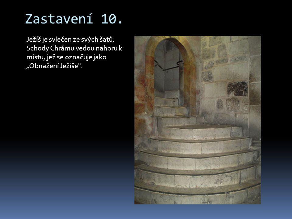 """Zastavení 10. Ježíš je svlečen ze svých šatů. Schody Chrámu vedou nahoru k místu, jež se označuje jako """"Obnažení Ježíše"""