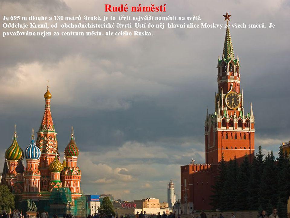 Rudé náměstí Je 695 m dlouhé a 130 metrů široké, je to třetí největší náměstí na světě. Odděluje Kreml, od obchodněhistorické čtvrti. Ústí do něj hlav