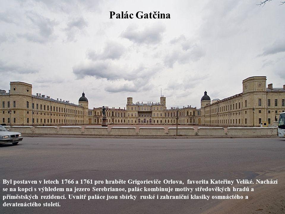 Palác Gatčina Byl postaven v letech 1766 a 1761 pro hraběte Grigorieviče Orlova, favorita Kateřiny Veliké. Nachází se na kopci s výhledem na jezero Se