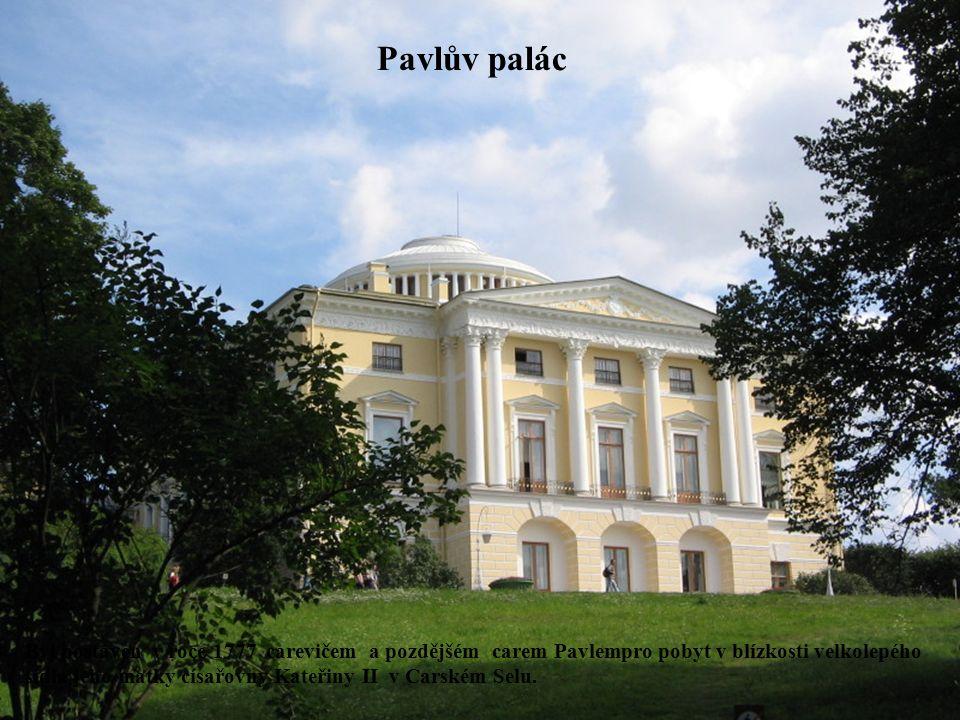 Pavlův palác Byl postaven v roce 1777 carevičem a pozdějšém carem Pavlempro pobyt v blízkosti velkolepého sídla jeho matky císařovny Kateřiny II v Car