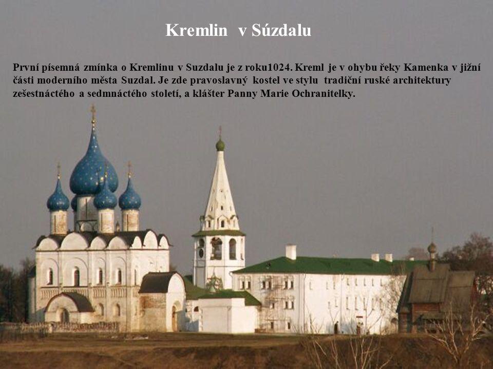 Kremlin v Súzdalu První písemná zmínka o Kremlinu v Suzdalu je z roku1024. Kreml je v ohybu řeky Kamenka v jižní části moderního města Suzdal. Je zde