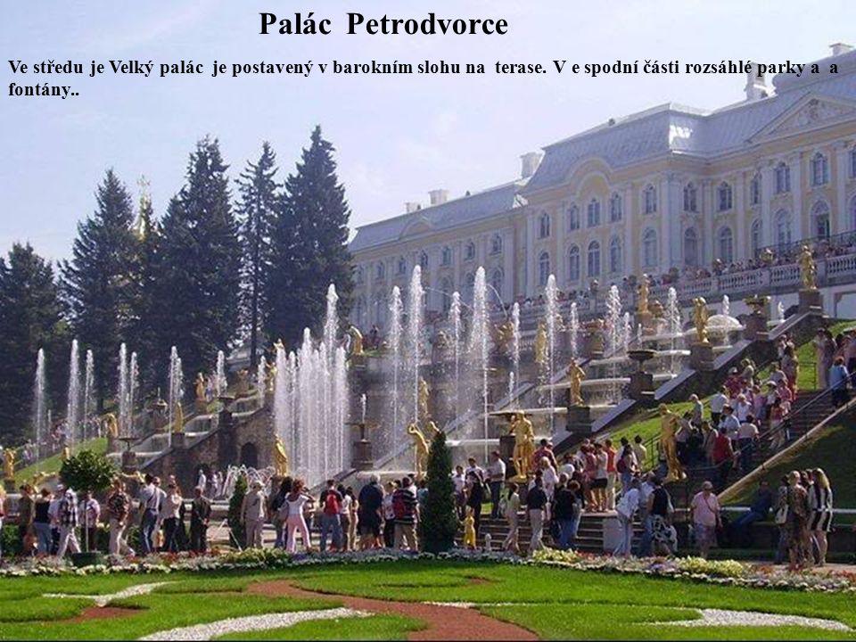 Palác Petrodvorce Ve středu je Velký palác je postavený v barokním slohu na terase.