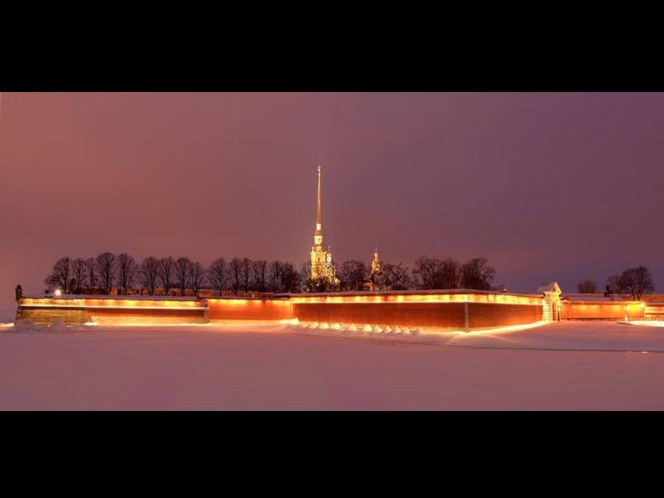 Petrohrad, rusky Sankt-Petěrburg, leží na severozápadě evropské části Ruska. S jeho stavbou v bažinách delty řeky Něvy, ústící do Finského zálivu něko