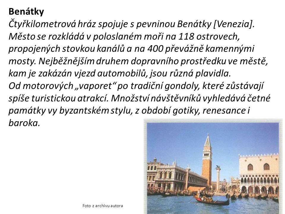 Benátky Čtyřkilometrová hráz spojuje s pevninou Benátky [Venezia].