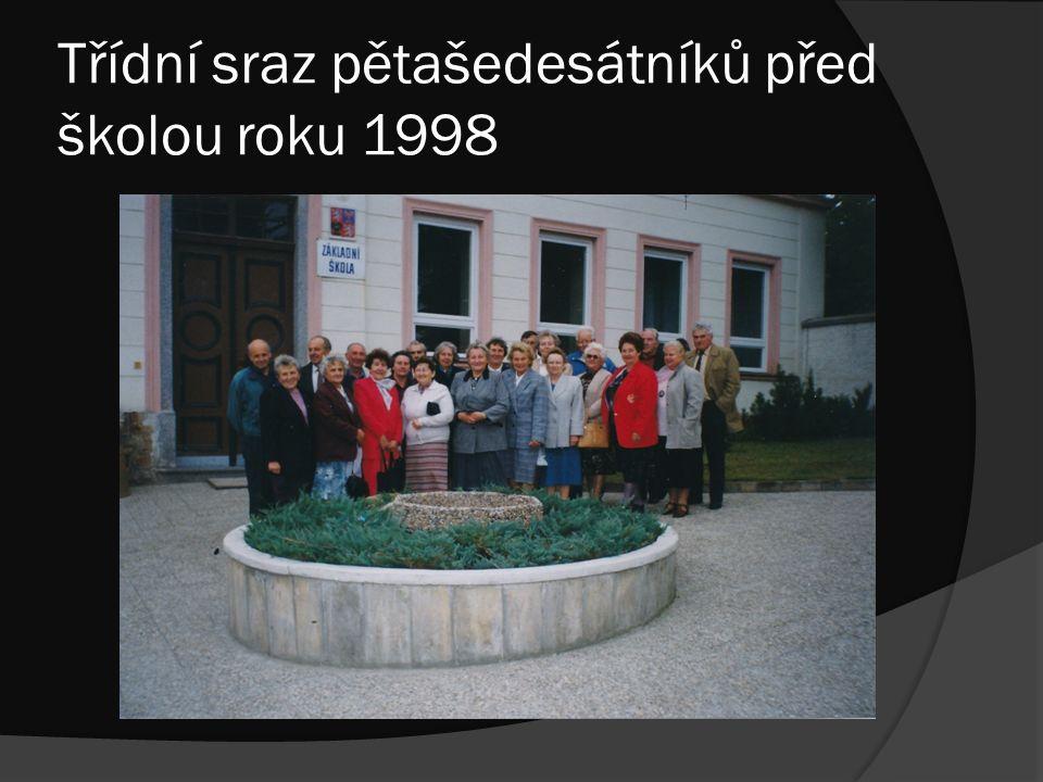 Třídní sraz pětašedesátníků před školou roku 1998