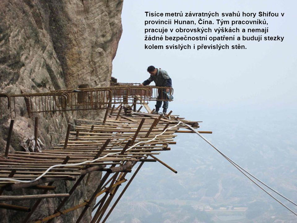 Tisíce metrů závratných svahů hory Shifou v provincii Hunan, Čína. Tým pracovníků, pracuje v obrovských výškách a nemají žádné bezpečnostní opatření a