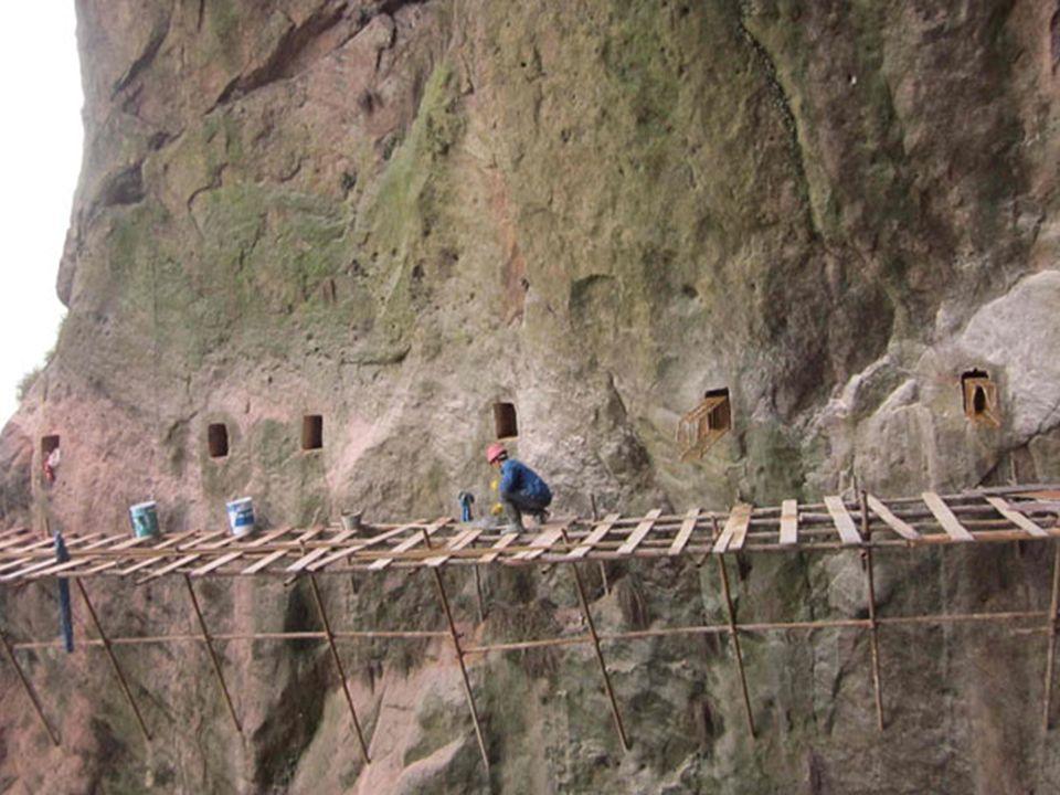 Prkenná silnice kolem hory Shifou je budována na velmi obtížných místech, protože vznikají na svislém útesu v poloze 90 stupňů, bez výstupků a výklenků.