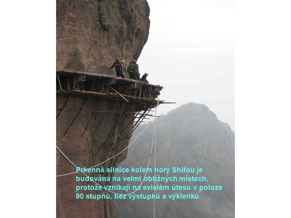 Prkenná silnice kolem hory Shifou je budována na velmi obtížných místech, protože vznikají na svislém útesu v poloze 90 stupňů, bez výstupků a výklenk