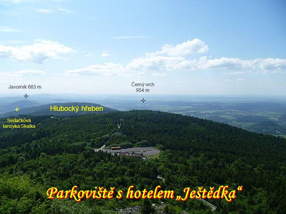 """Parkoviště s hotelem """"Ještědka Černý vrch 954 m Hlubocký hřeben Javorník 683 m Sedačková lanovka Skalka"""