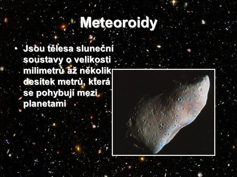 Meteoroidy Jsou tělesa sluneční soustavy o velikosti milimetrů až několik desítek metrů, která se pohybují mezi planetamiJsou tělesa sluneční soustavy o velikosti milimetrů až několik desítek metrů, která se pohybují mezi planetami