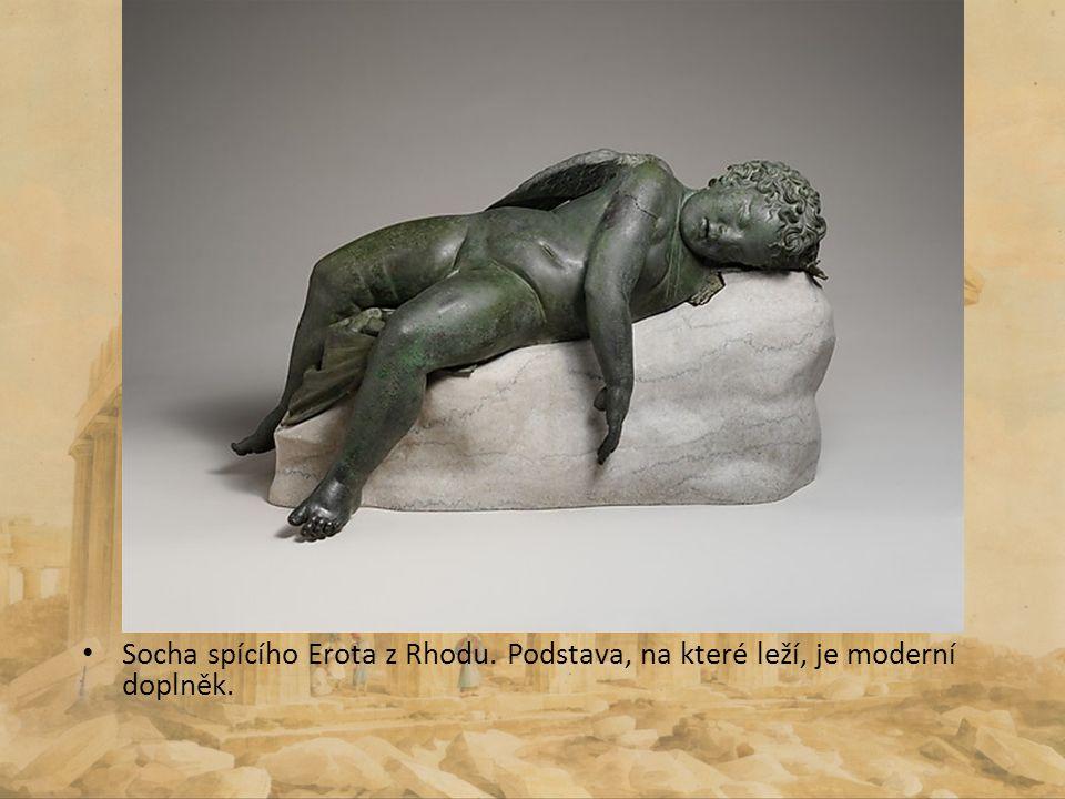 Socha spícího Erota z Rhodu. Podstava, na které leží, je moderní doplněk.