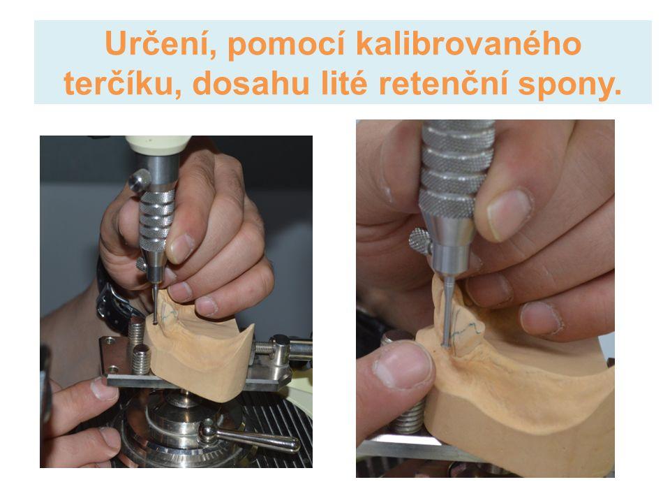 Určení, pomocí kalibrovaného terčíku, dosahu lité retenční spony.