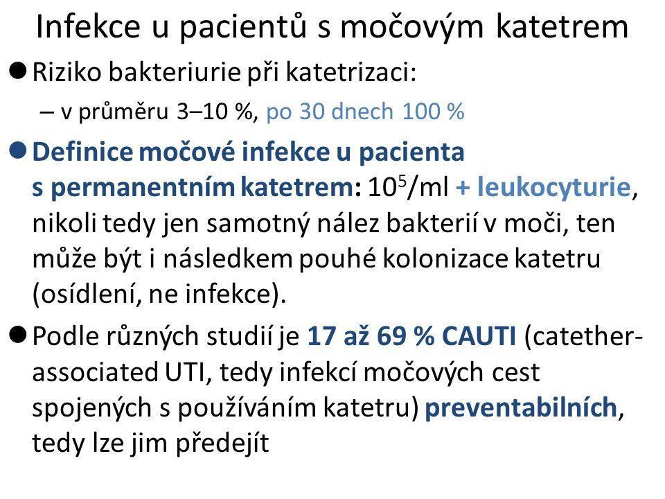 Infekce u pacientů s močovým katetrem Riziko bakteriurie při katetrizaci: – v průměru 3–10 %, po 30 dnech 100 % Definice močové infekce u pacienta s permanentním katetrem: 10 5 /ml + leukocyturie, nikoli tedy jen samotný nález bakterií v moči, ten může být i následkem pouhé kolonizace katetru (osídlení, ne infekce).