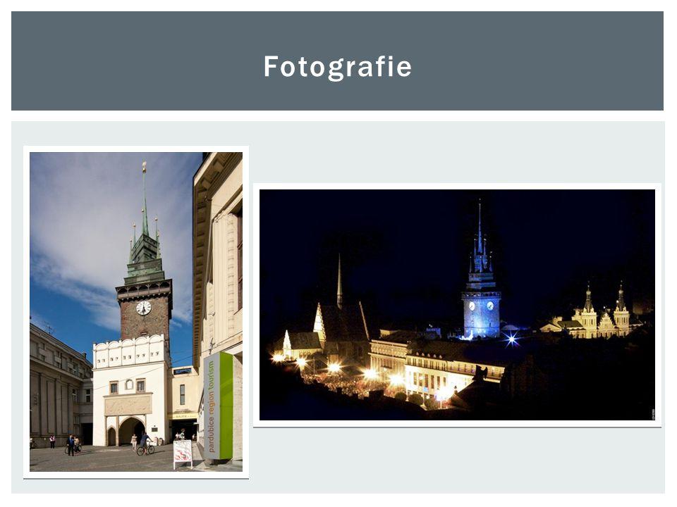  Náměstí nese stopy honosné pozdně gotické výstavby z počátku 16.