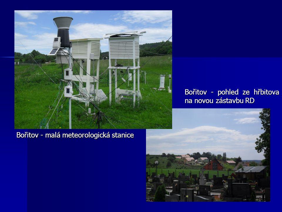 Bořitov - malá meteorologická stanice Bořitov - pohled ze hřbitova na novou zástavbu RD