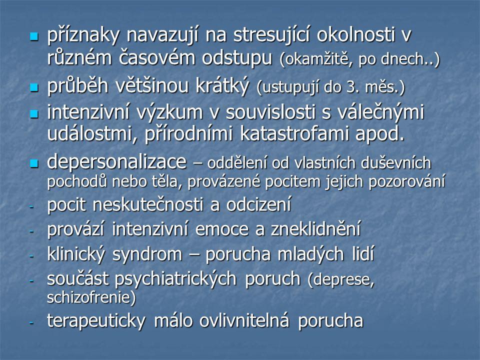 příznaky navazují na stresující okolnosti v různém časovém odstupu (okamžitě, po dnech..) příznaky navazují na stresující okolnosti v různém časovém odstupu (okamžitě, po dnech..) průběh většinou krátký (ustupují do 3.
