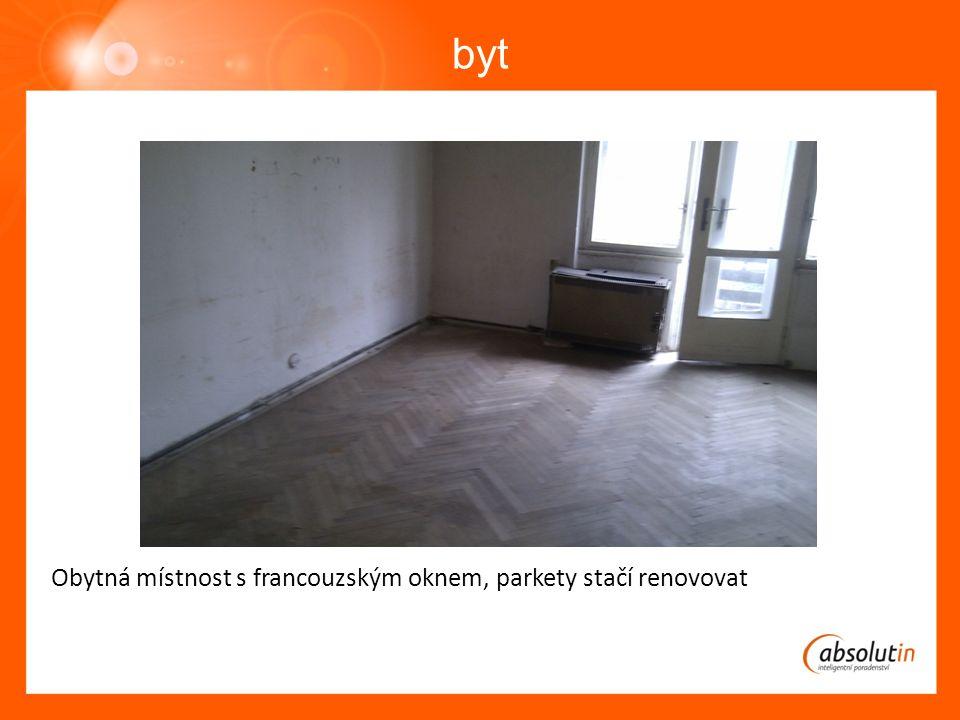 byt Obytná místnost s francouzským oknem, parkety stačí renovovat