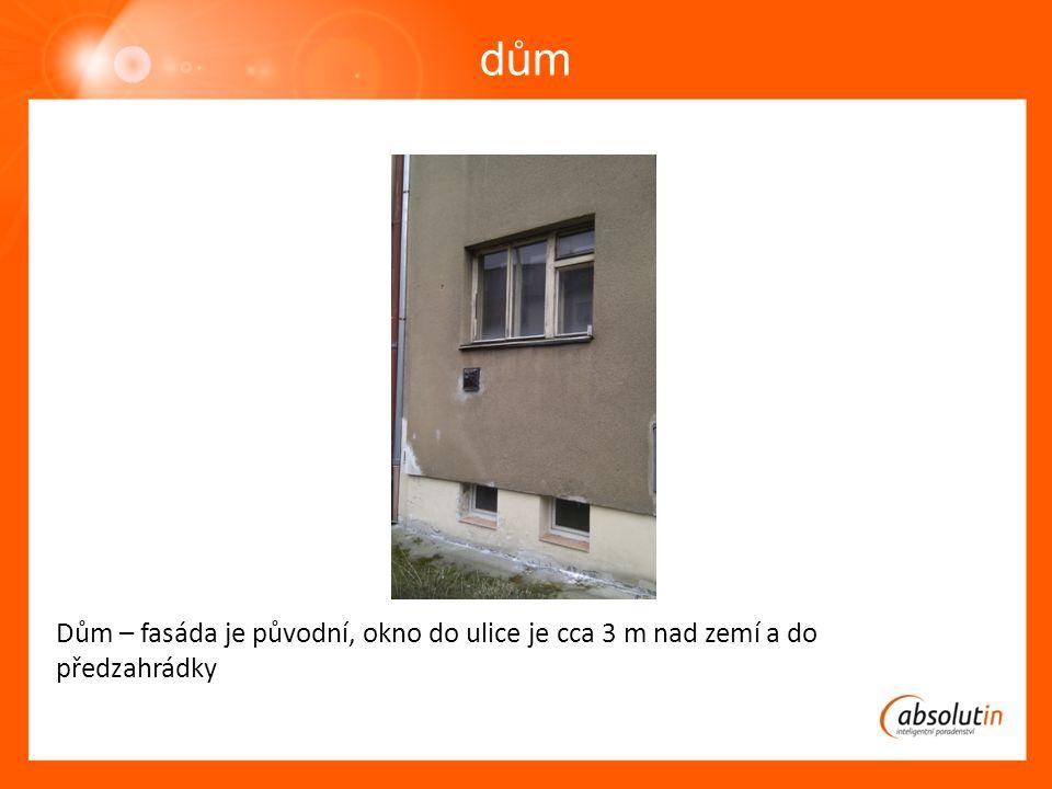 dům Dům – fasáda je původní, okno do ulice je cca 3 m nad zemí a do předzahrádky