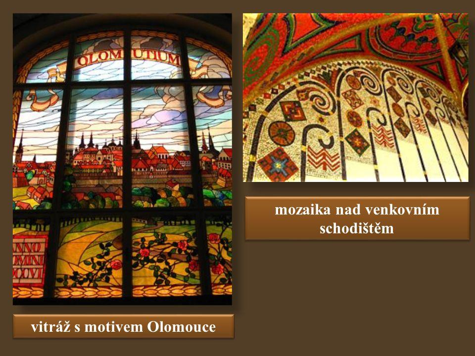 vitráž s motivem Olomouce mozaika nad venkovním schodištěm