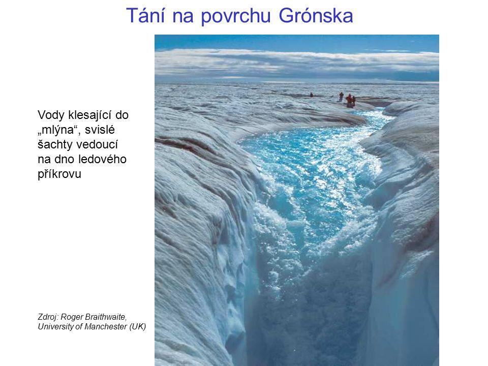 """Vody klesající do """"mlýna"""", svislé šachty vedoucí na dno ledového příkrovu Zdroj: Roger Braithwaite, University of Manchester (UK) Tání na povrchu Gró"""