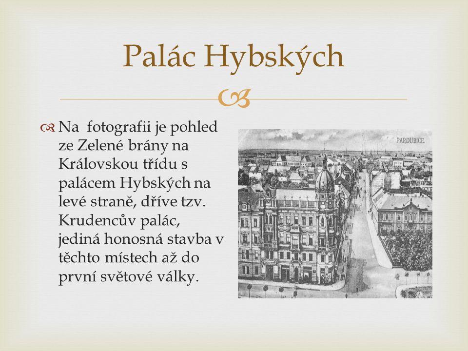  Palác Hybských  Na fotografii je pohled ze Zelené brány na Královskou třídu s palácem Hybských na levé straně, dříve tzv.