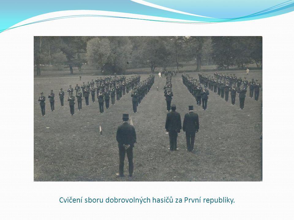 Cvičení sboru dobrovolných hasičů za První republiky.