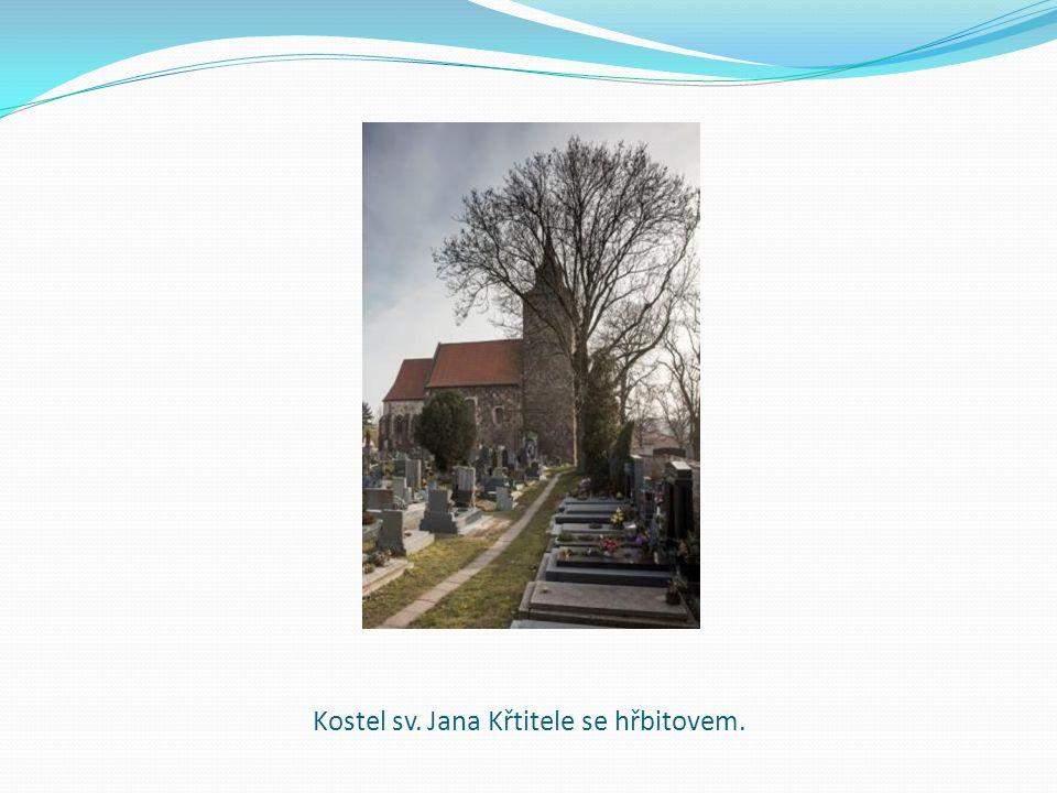 Kostel sv. Jana Křtitele se hřbitovem.