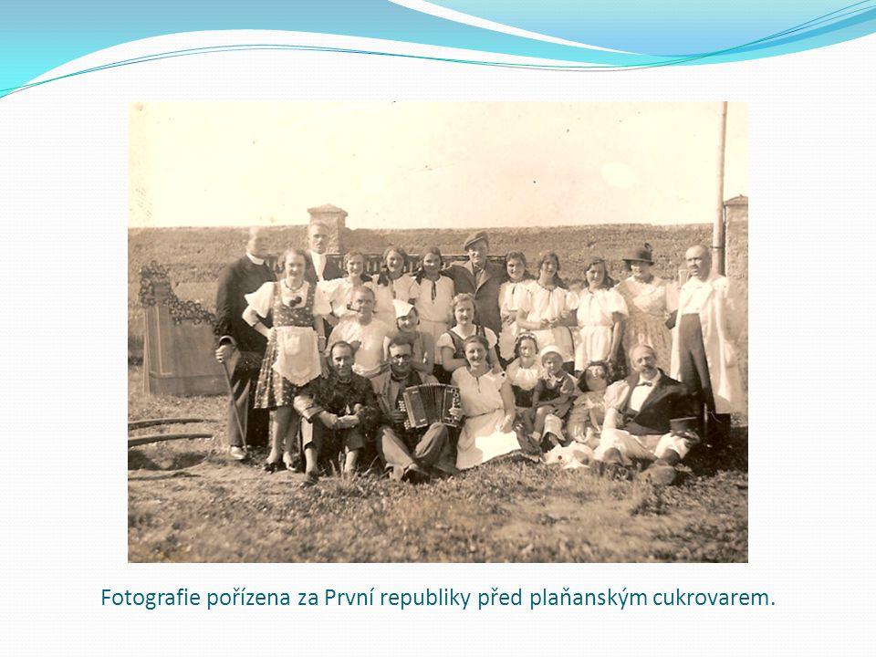Fotografie pořízena za První republiky před plaňanským cukrovarem.