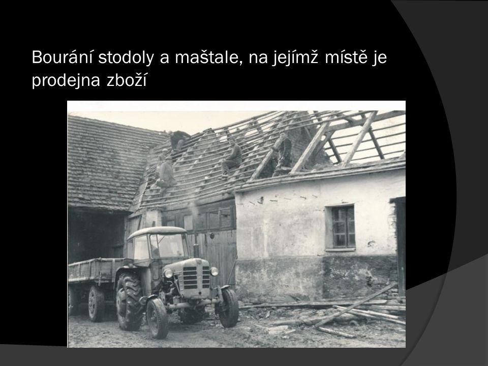 Bourání stodoly a maštale, na jejímž místě je prodejna zboží