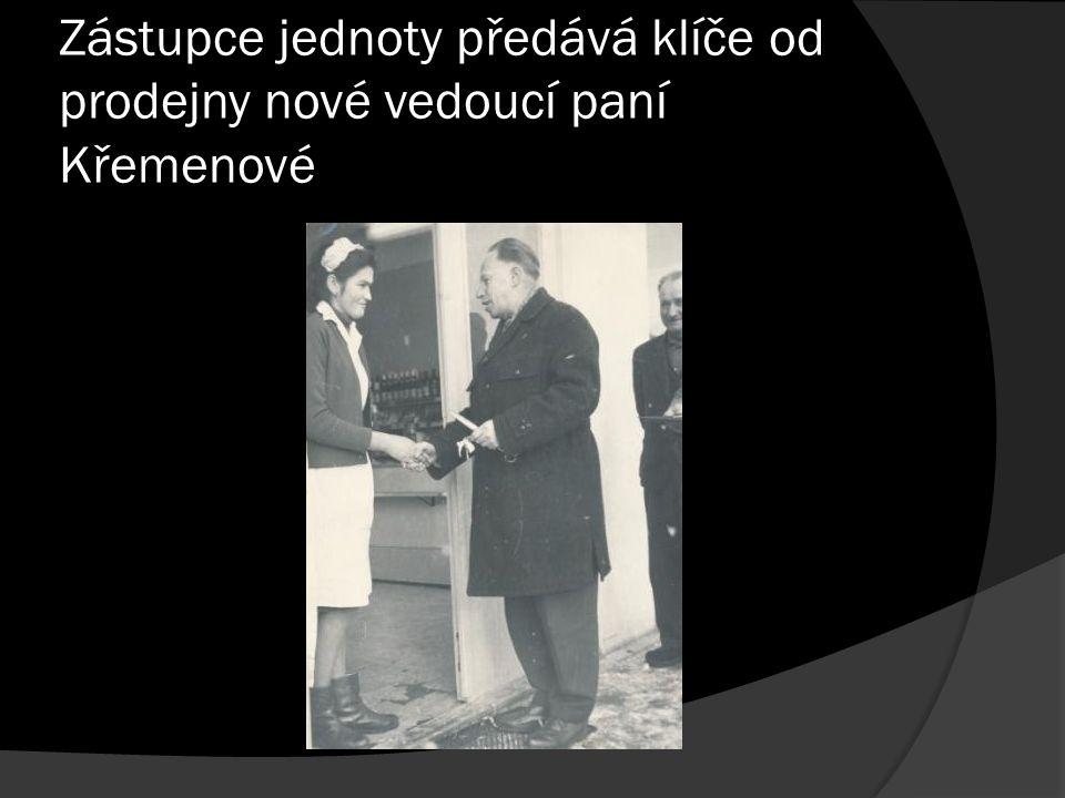 Zástupce jednoty předává klíče od prodejny nové vedoucí paní Křemenové