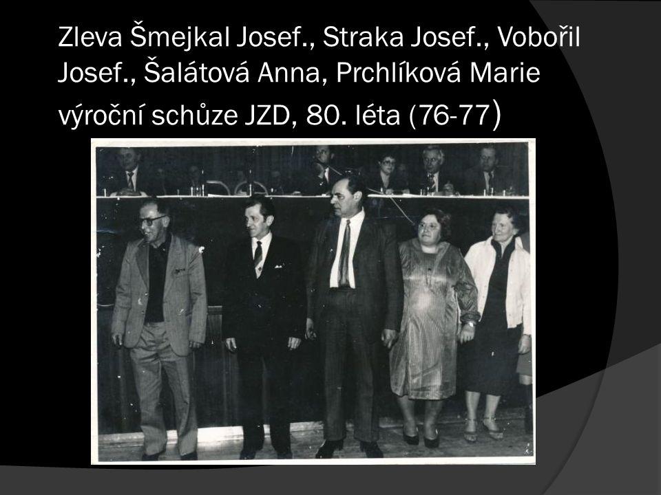Zleva Šmejkal Josef., Straka Josef., Vobořil Josef., Šalátová Anna, Prchlíková Marie výroční schůze JZD, 80.