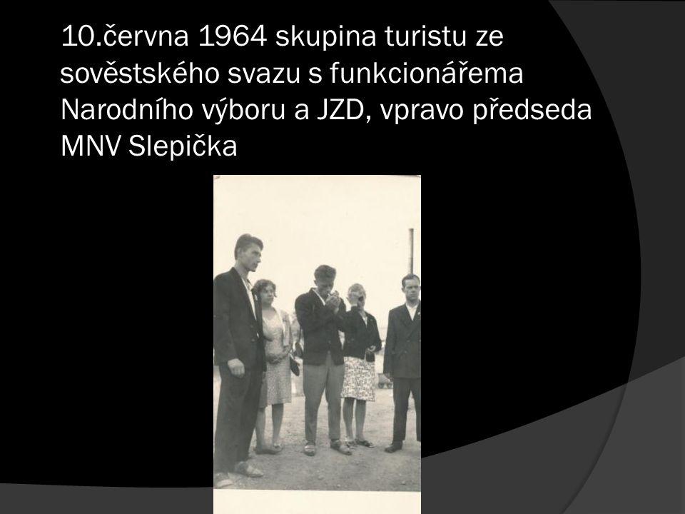 10.června 1964 skupina turistu ze sověstského svazu s funkcionářema Narodního výboru a JZD, vpravo předseda MNV Slepička