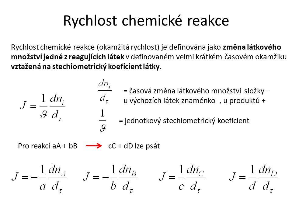 Rychlost chemické reakce Rychlost chemické reakce (okamžitá rychlost) je definována jako změna látkového množství jedné z reagujících látek v definovaném velmi krátkém časovém okamžiku vztažená na stechiometrický koeficient látky.