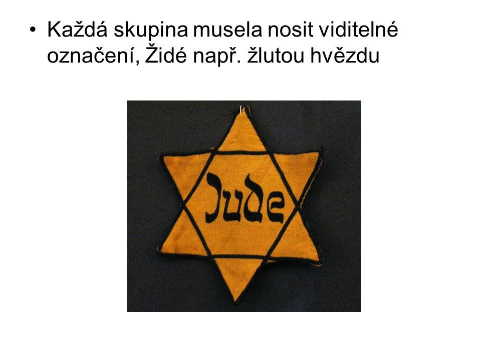 Každá skupina musela nosit viditelné označení, Židé např. žlutou hvězdu
