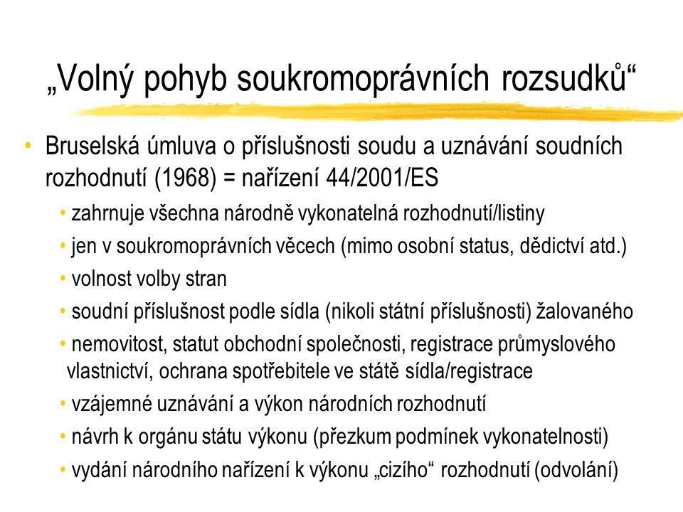"""""""Volný pohyb soukromoprávních rozsudků Bruselská úmluva o příslušnosti soudu a uznávání soudních rozhodnutí (1968) = nařízení 44/2001/ES zahrnuje všechna národně vykonatelná rozhodnutí/listiny jen v soukromoprávních věcech (mimo osobní status, dědictví atd.) volnost volby stran soudní příslušnost podle sídla (nikoli státní příslušnosti) žalovaného nemovitost, statut obchodní společnosti, registrace průmyslového vlastnictví, ochrana spotřebitele ve státě sídla/registrace vzájemné uznávání a výkon národních rozhodnutí návrh k orgánu státu výkonu (přezkum podmínek vykonatelnosti) vydání národního nařízení k výkonu """"cizího rozhodnutí (odvolání)"""