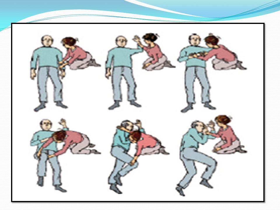 NEPŘÍMÁ MASÁŽ SRDCE U DOSPĚLÝCH U DĚTÍ Postiženého položte na záda, nejlépe na tvrdou podložku Přiložte dlaň na hrudní kost, druhou ruku položte na ni a sepněte prsty Nataženými pažemi stlačujte hrudní kost o 4-5 cm Frekvence stlačení je 100 za minutu Každé stlačení vystřídá pravidelně uvolnění, paže zůstávají napjaté na hrudníku MŮŽE DOJÍT K ZLOMENINĚ ŽEBER Postiženého položte na záda, nejlépe na tvrdou podložku Přiložte dlaň na hrudní kost, druhou ruku položte na ni a sepněte prsty Nataženými pažemi stlačujte hrudní kost o 4-5 cm Frekvence stlačení je 100 za minutu Každé stlačení vystřídá pravidelně uvolnění, paže zůstávají napjaté na hrudníku MŮŽE DOJÍT K ZLOMENINĚ ŽEBER Postiženého položte na záda, nejlépe na tvrdou podložku Položte dlaň jedné ruky doprostřed hrudníku ( u novorozenců dva prsty na dolní 1/3 hrudní kosti) Stlačujeme jemněji asi o 1/3 průměru hrudníku Frekvence stlačení je 120 za minutu U novorozenců masáž provádíme ukazovákem a prostředníkem Postiženého položte na záda, nejlépe na tvrdou podložku Položte dlaň jedné ruky doprostřed hrudníku ( u novorozenců dva prsty na dolní 1/3 hrudní kosti) Stlačujeme jemněji asi o 1/3 průměru hrudníku Frekvence stlačení je 120 za minutu U novorozenců masáž provádíme ukazovákem a prostředníkem