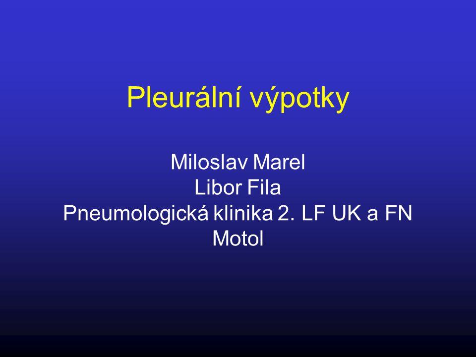 TBC pleuritida Infekčně - alergický výpotek při vyprázdnění periferně uloženého TBC ložiska do pleurální dutiny Výpotek má vysokou CB (>50 g/l), pozitivní ADA, nízkou glukózu a pH, je bohatý na lymfocyty (a chudý na mezotelie: <0,5 %) Nutný průkaz BK (mikroskopicky, kultivačně, PCR) nebo kaseifikovaného granulomu Léčba: antituberkulotika, kortikoidy u systémových příznaků