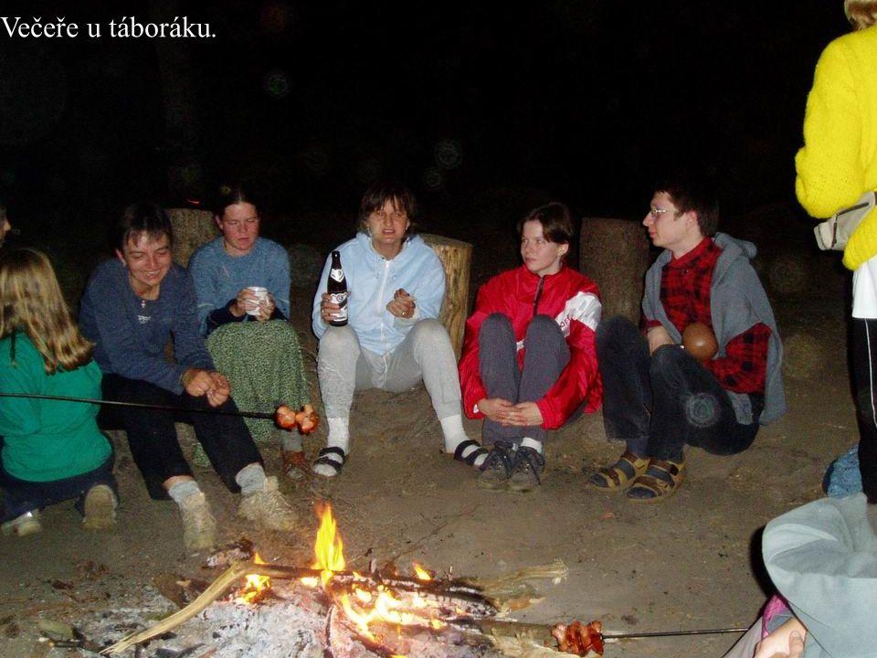 Večeře u táboráku.