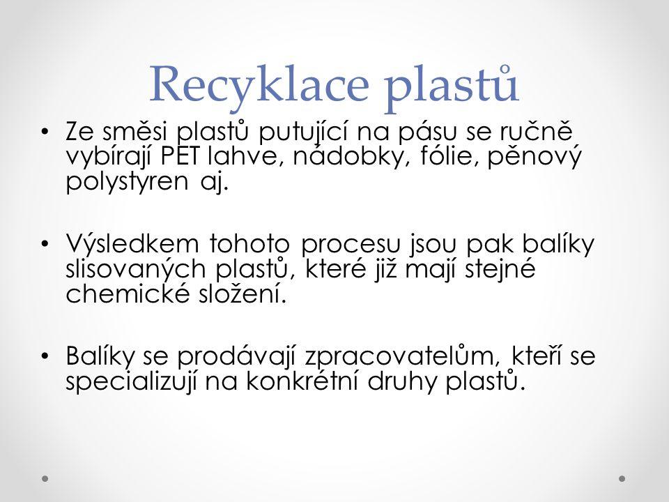 Recyklace plastů Ze směsi plastů putující na pásu se ručně vybírají PET lahve, nádobky, fólie, pěnový polystyren aj.