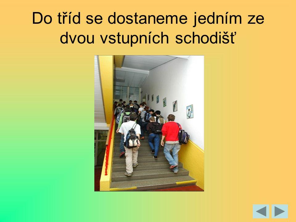 Do tříd se dostaneme jedním ze dvou vstupních schodišť