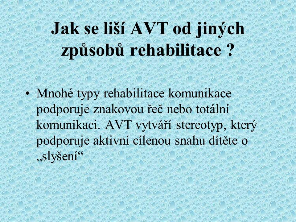 Jak se liší AVT od jiných způsobů rehabilitace ? Mnohé typy rehabilitace komunikace podporuje znakovou řeč nebo totální komunikaci. AVT vytváří stereo