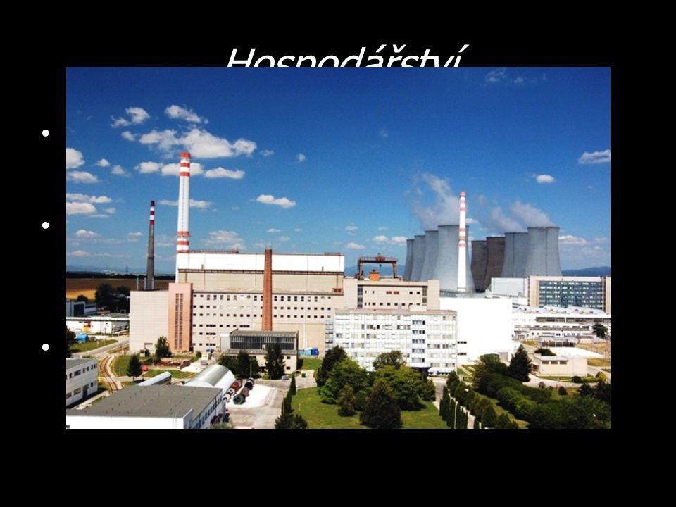 Hospodářství Zemědělství – Chov ovcí, skotu, drůbeže a prasat – Pěstování obilí, ovoce, zeleniny Průmysl – Zpracování ropy – Slovnaft Bratislava – Železárny – Košice – Těžba vápence, hnědého uhlí, … Elektrárny – Vodní – na řece Váh – Jaderné – Jaslovské Bohunice