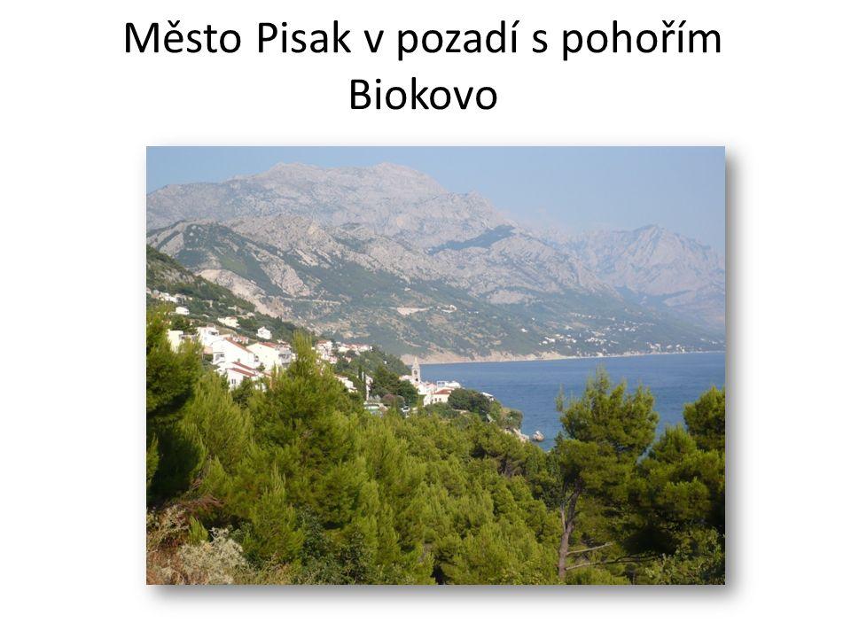 Město Pisak v pozadí s pohořím Biokovo