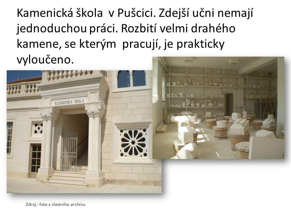 Kamenická škola v Pušcici. Zdejší učni nemají jednoduchou práci.