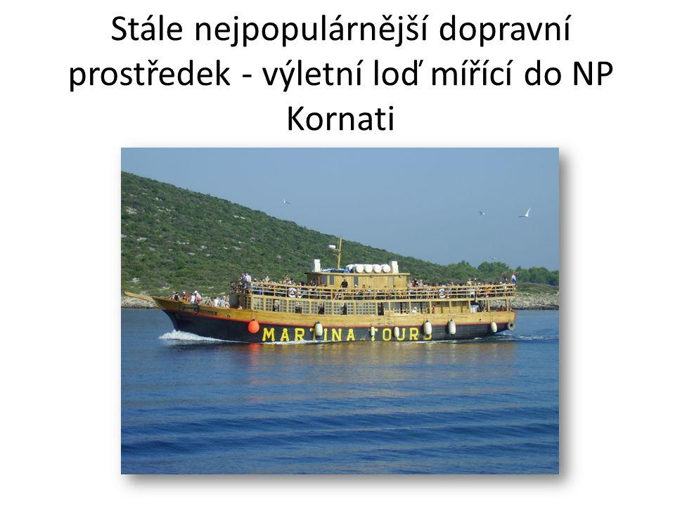 Stále nejpopulárnější dopravní prostředek - výletní loď mířící do NP Kornati