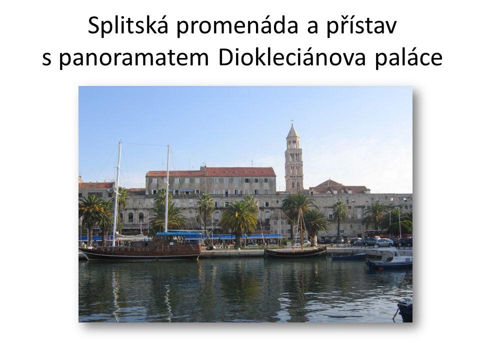 Splitská promenáda a přístav s panoramatem Diokleciánova paláce