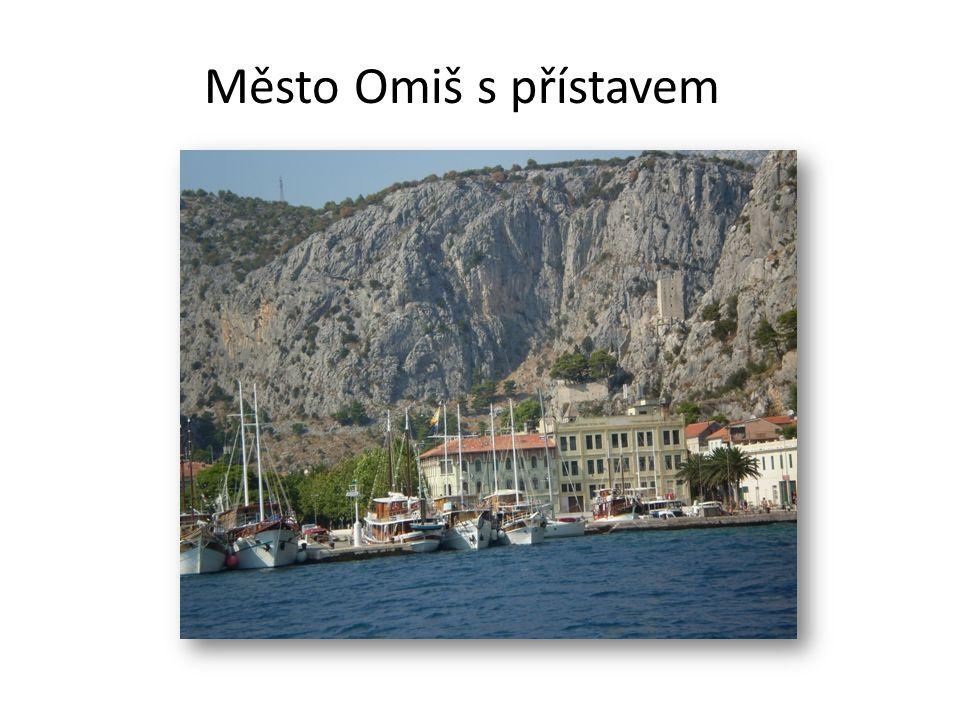 Město Omiš s přístavem