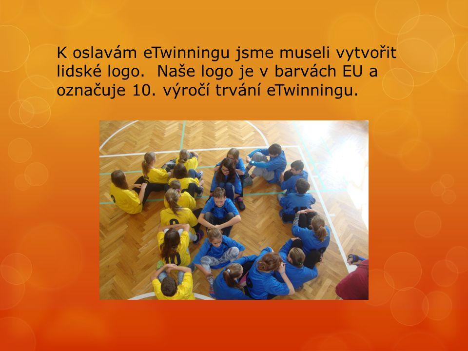 K oslavám eTwinningu jsme museli vytvořit lidské logo.