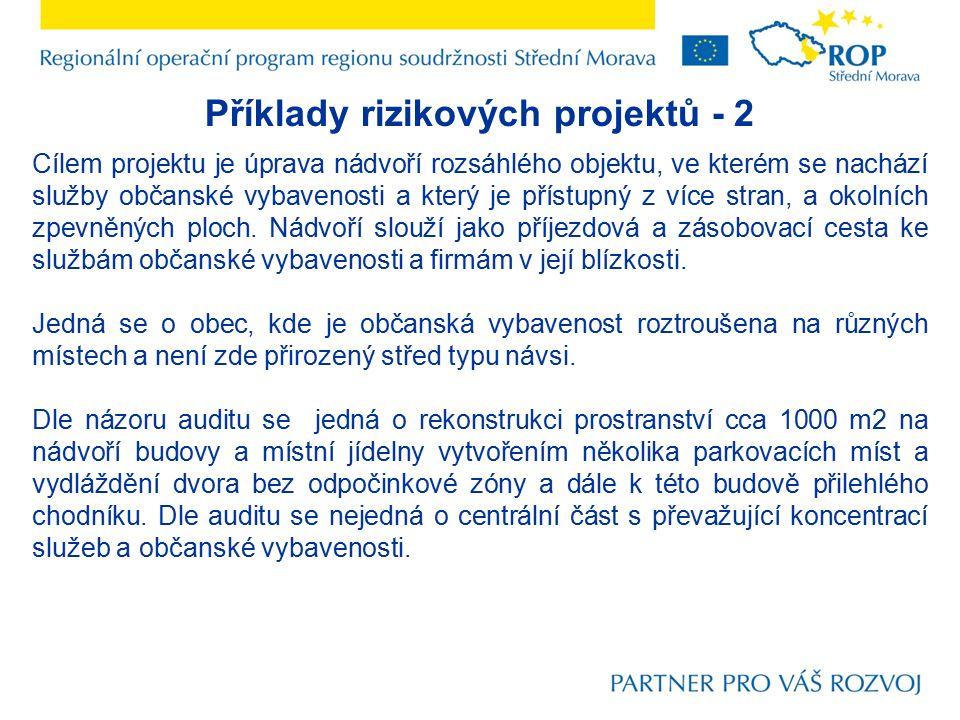 Příklady rizikových projektů - 2 Cílem projektu je úprava nádvoří rozsáhlého objektu, ve kterém se nachází služby občanské vybavenosti a který je přístupný z více stran, a okolních zpevněných ploch.