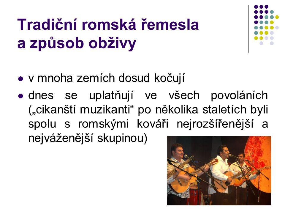 """Tradiční romská řemesla a způsob obživy v mnoha zemích dosud kočují dnes se uplatňují ve všech povoláních (""""cikanští muzikanti po několika staletích byli spolu s romskými kováři nejrozšířenější a nejváženější skupinou)"""